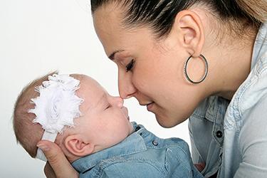 Une maman qui fait un bisou esquimaux à son bébé photographiés par notre photographe Rachel Joubi