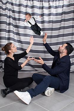 couple qui balance bébé dans les airs, photographiés par notre photographe Rachel Joubi
