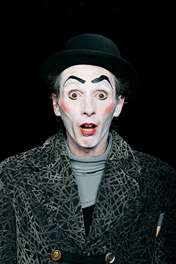 portrait d'un artiste clown sur fond noir photographié par notre photographe Rachel Joubi