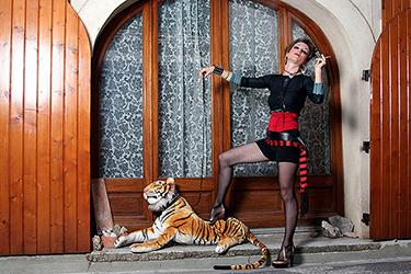 femme fumant sa cigarette devant sa fenêtre avec un gros tigre en peluche, photographiée par notre photographe Rachel Joubi