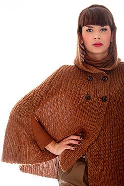 mode femme en plan américain qui porte un gilet avec un léger contre jour pour montrer la fibre par transparence, photographiée par notre photographe Rachel Joubi