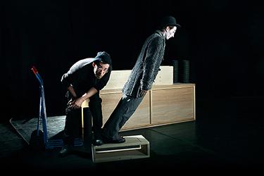 spectacle de clowns sur scène avec un jeu d'équilibre. Photographiés par notre photographe Rachel Joubi