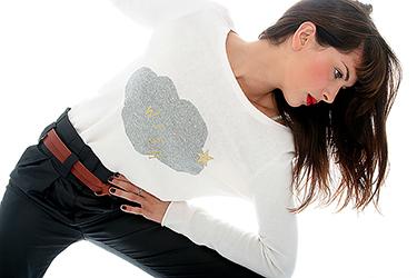 mode, femme sur fond blanc qui viens détourer ses cheveux par la lumière, photographiée par notre photographe Rachel Joubi