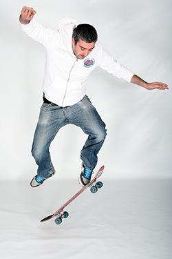 jeune homme en plein action avec un skate board photographié par notre photographe Rachel Joubi
