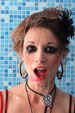 portrait d'une fille très fort maquillée avec de l'eau qui coule sur elle, photographiée par notre photographe Rachel Joubi
