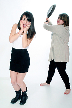 mise en scene de 2 jeunes filles dont l'une d'elles s'apprête à lui donner un énorme coup de poêle derrière les oreilles. Photographiées par notre photographe Rachel Joubi