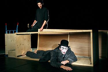 un clown essayant de mettre dans une boîte un autre clown, photographiés par notre photographe Rachel Joubi