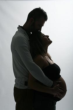 grossesse heureuse photographiée par notre photographe Rachel Joubi, homme enlaçant sa femme qui est enceinte