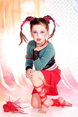 jeune fille qui pose avec un genou au sol dans un studio photo. photographiée par notre photographe Rachel Joubi