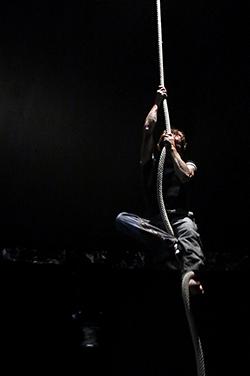 homme grimpant à la corde, photographié par notre photographe Rachel Joubi