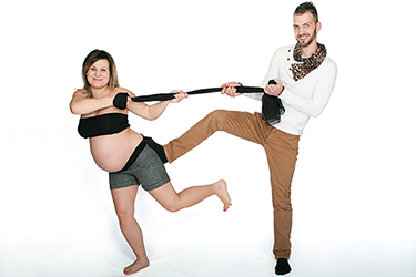 grossesse heureuse photographiée par notre photographe Rachel Joubi, couple chahutant avec un tissu noir