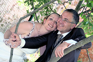 jeunes mariés heureux de poser dans un environnement naturel photographiés par notre photographe Rachel Joubi