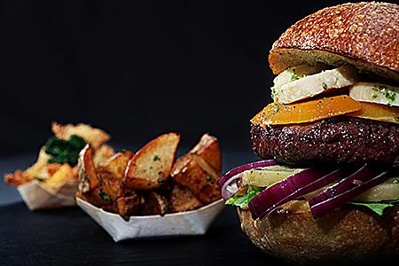 le hamburger du Au Raph-iné photographié par notre photographe Rachel Joubi en studio