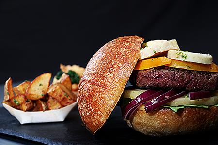 le hamburger du Au Raph-iné accompagné de ses potatoes photographié en studio par notre photographe Rachel Joubi