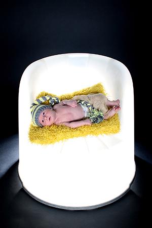 bébé sur un fauteuil lumineux photographié par Rachel Joubi