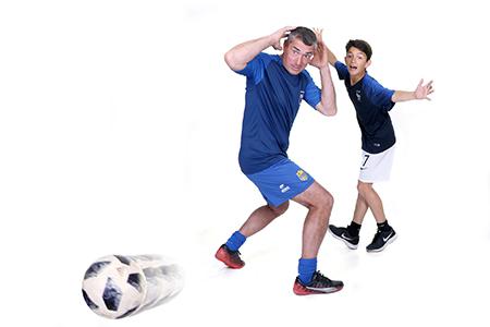 footballeur pose en mouvement et dribble son adversaire pour le plaisir de notre photographe Rachel Joubi