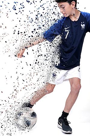 footballeur pose en mouvement pour notre photographe Rachel Joubi