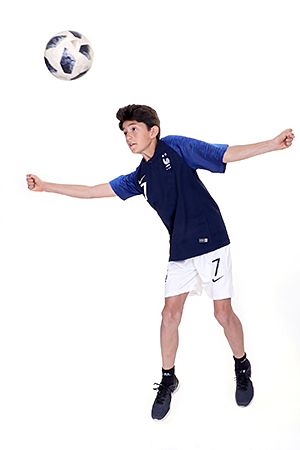 footballeur pose en mouvement en faisant une tête pour notre photographe Rachel Joubi