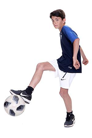footballeur pose en mouvement et fait un arrêt d'un shoot pour le plaisir de notre photographe Rachel Joubi