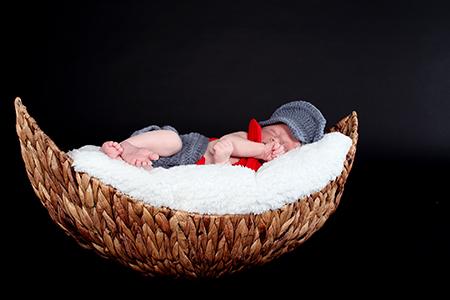 bébé dans un panier photographié par Rachel Joubi