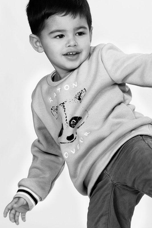 prise de vue noir et blanc en studio d'un enfant en plein mouvement par notre photographe Rachel