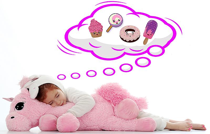 Joli reve pour une jolie petite fille photographiée par notre photographe Rachel Joubi, endormie avec son énorme doudou licorne rose.
