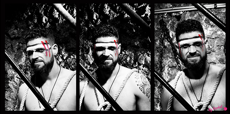 thème évolution pour l'expo photo de notre photographe Rachel Joubi, version triptyque portrait d'un homme en noir et blanc avec un contraste très fort avec de chaque côté du visage une marque rouge descendant de la la tempe à la pommette symbolisant les difficultés de la vie traversées.