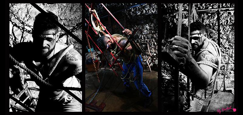 thème évolution pour l'expo photo de notre photographe Rachel Joubi, homme enchaîné sur une grille à gros barreau qui prend conscience de sa situation délicate, avec un regard froid et dur qui nous laisse deviner qu'il va se battre pour s'en sortir.