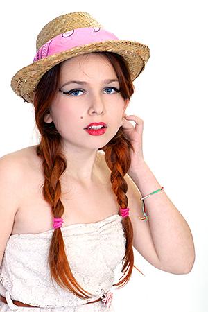 Gayaan avec un joli chapeau de paille qui pose pour notre photographe d'Occitanie Rachel Joubi