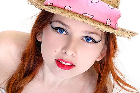 Portrait de Gayaan qui porte un Chapeau de paille pour notre photographe d'Occitanie Rachel Joubi.