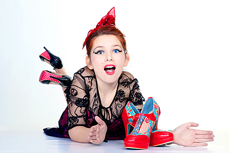 Gayaan à plat ventre en folie admirant ses chaussures de rêve. Photographe d'Occitanie Rachel Joubi.