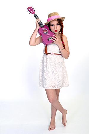 Gayaan qui adore la musique nous montre à quel point elle aime sa guitare violette, en posant pour notre Photographe Rachel Joubi qui vie en Occitanie