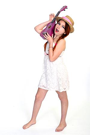 Gayaan la starlette qui aime posée avec sa guitare violette, pour le bonheur de notre Photographe Rachel Joubi d'Occitanie