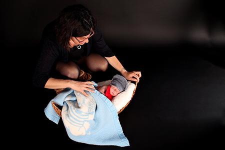 bébé avec sa maman photographié en studio par Rachel Joubi