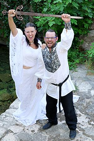 complicité d'un couple jouant avec une épée