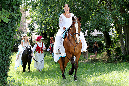 la marié sur un magnifique cheval