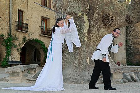 jeunes mariés s'amusant pendant le shooting de Rachel Joubi