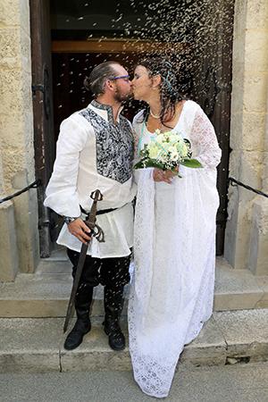 Le bisou des mariés à la sortie de l'église