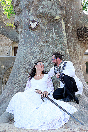 les mariés posant sur une place au style médievale