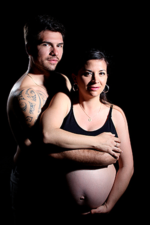 couple heureux en attente d'un bébé dans une ambiance intime, photographié par Rachel Joubi