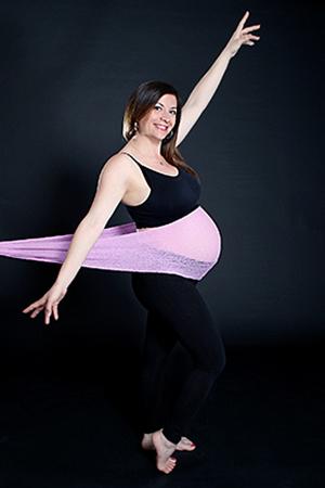 maman heureuse d'être enceinte, photographié par Rachel Joubi