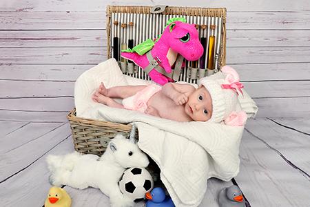 Bébé photographié dans une mallette par Rachel Joubi