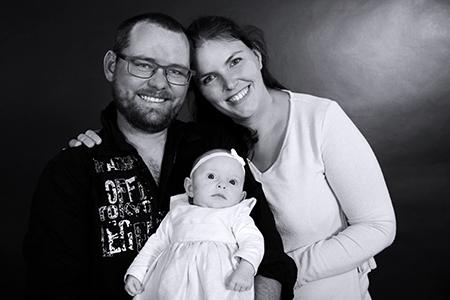 bébé heureux avec ses parents, photographie Rachel Joubi