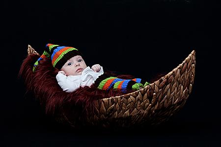 Bébé photographié dans un landeau par Rachel Joubi
