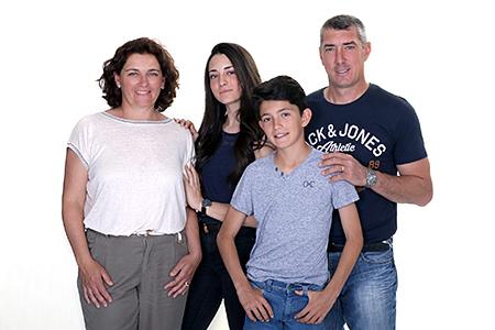 complicité d'une famille prise en photo par notre photographe Rachel Joubi dans un studio