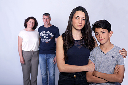 complicité entre frère et soeur photographiée par Rachel Joubi