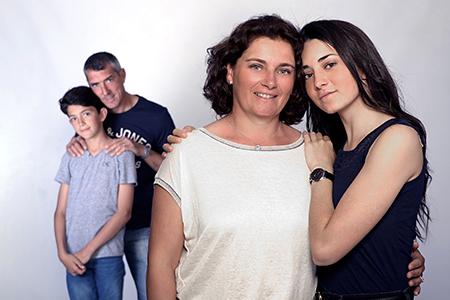 complicité entre mère et fille photographiée par Rachel Joubi.