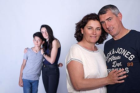 complicité entre père et mère photographiée par Rachel Joubi.