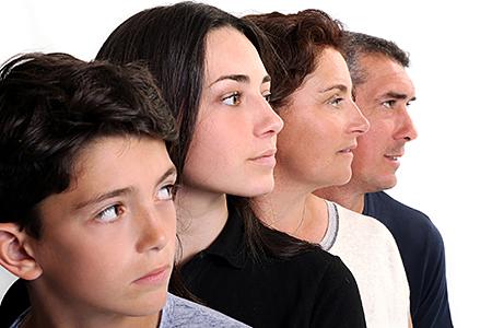 portrait d'une famille qui re regarde dans la même direction, ce qui symbolise qu'ils ont la même vision de la vie et qu'ils sont en parfait accord,  photo prise par notre photographe Rachel Joubi.