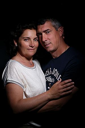 Mari et femme qui profitent d'être sans enfants. photographiés par Rachel Joubi.